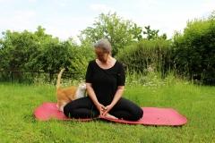 Yoga im Garten3-Martina mit Gast